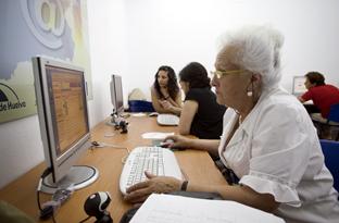 Una usuaria de la Red Guadalinfo.