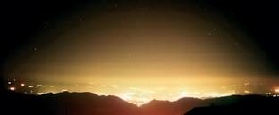 Visión de cielo nocturno afectado por una excesiva iluminación urbana.