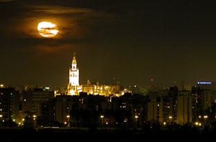 Imagen nocturna de Sevilla.