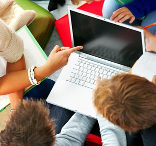 Jóvenes consultan información en la red.