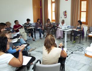 Mujeres en una reunión informativa.