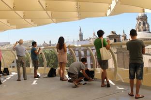 Jóvenes realizan sus dibujos de Sevilla desde el espacio Metropol Parasol.