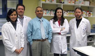 El doctor Zafaruddin Khan, junto a su grupo de investigación.