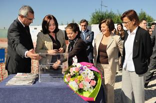 La consejera de Educación, Mar Moreno, durante la colocación de la primera piedra