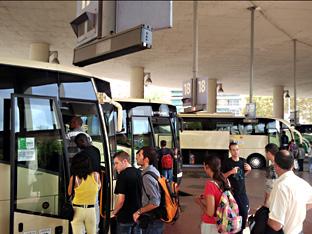 Pasajeros suben a un autobús de la Red de Consorcios de Andalucía.