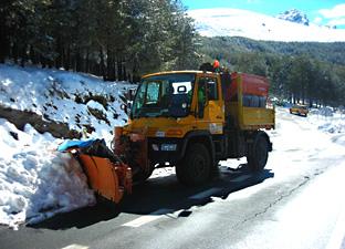 Labores de retirada de nieve en una vía andaluza.
