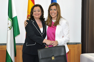 Susana Daz recibe la cartera de la Consejera de la Presidencia de manos de Mar Moreno.