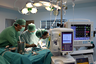 Equipo médico de la sanidad pública andaluza, en quirófano, durante un trasplante.