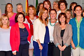 La presidenta, junto a las integrantes del Consejo Andaluz de Participación de las Mujeres.