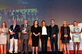 La presidenta, Susana Díaz, junto a los premiados.
