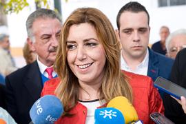 Susana Díaz atiende a los medios de comunicación.