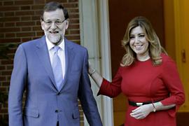 Mariano Rajoy recibe a Susana Díaz antes de la reunión que han mantenido ambos en el Palacio de la Moncloa. (Foto EFE)