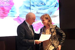 Alonso, con una de las autoras del blog galardonado con el primer premio.
