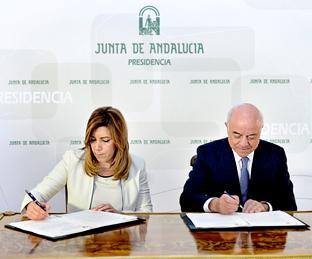 Susana Díaz y Francisco González, durante la firma del convenio.