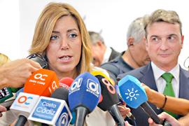 Susana Díaz, durante su contacto con los medios de comunicación de Puerto Real (Cádiz).