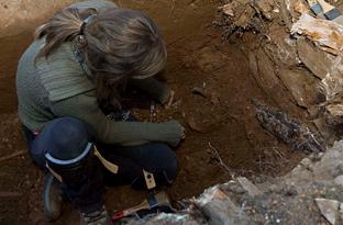 Una voluntaria trabaja en la fosa común de Calañas (Huelva). (Foto EFE)