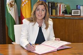 Susana Díaz firma el Decreto de convocatoria de elecciiones.