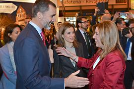 La presidenta de la Junta saluda a los Reyes de España en la inauguración de Fitur.