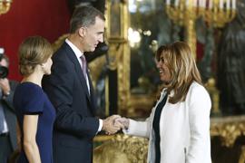 Los Reyes saludan a la presidenta de la Junta durante la recepción. (Foto EFE)