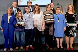 Susana Díaz, con los premiados y el resto de autoridades.