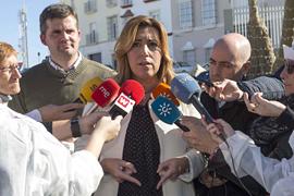 Susana Díaz atiende a los periodistas durante su visita a Estepa.