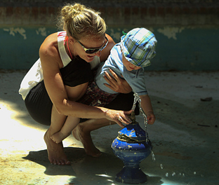 Una madre juega con su hijo. (Fotos EFE)