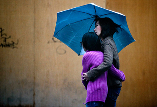 Una madre pasea con su hija. (Foto EFE)