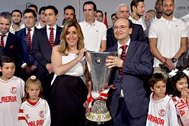 Susana Díaz recibió al Sevilla FC tras conseguir su cuarta Copa de la UEFA Europa League.