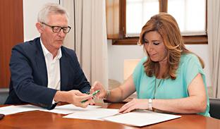 La presidenta de la Junta, Susana Díaz, entrega en el Parlamento andaluz al letrado mayor, José Antonio Víboras, su última declaración de la renta y la de su marido.