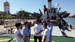 Fiscal, durante su visita al barco de Greenpeace, atracado en el Muelle de las Delicias de Sevilla.