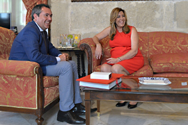 La presidenta de la Junta, Susana Díaz, durante su encuentro con el alcalde de Sevilla, Juan Espadas.