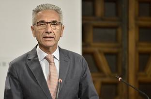 Vázquez explica la incorporación de cláusulas sociales y medioambientales en los contratos de la Junta de Andalucía