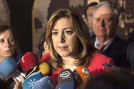 La presidenta de la Junta, Susana Díaz, durante la atención a los medios en Jabugo (Huelva).
