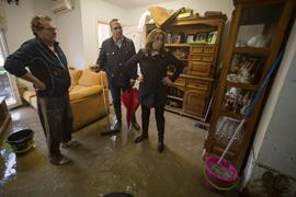 La presidenta andaluza, en una de las viviendas afectadas en el municipio de Los Barrios.