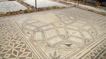 Un mosaico polícromo con un emblema central hexagonal