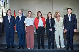 La presidenta de la Junta, junto a la vicepresidenta de la Fundación Amancio Ortega, Flora Pérez; la hija del empresario gallego Marta Ortega, y el resto de autoridades.