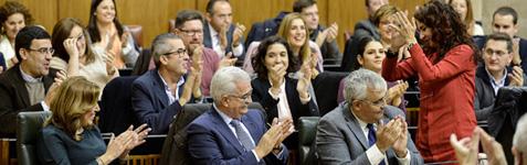 La consejera de Hacienda, María Jesús Montero, recibe el aplauso del pleno tras la aprobación de las cuentas para 2017.