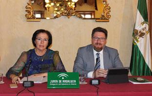 El consejero y la delegada del Gobierno en Almería, durante la presentación.