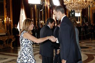 La presidenta de la Junta, Susana Díaz, saluda al Rey durante la recepción organizada en el Palacio Real, con motivo del Día de la Fiesta Nacional.