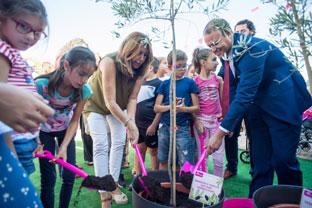 Díaz participó en la plantación de un olivo para celebrar la Semana del Mayor.