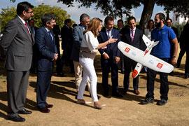 """Susana Díaz ha calificado de """"revolucionaro"""" el vuelo del dron con control 4G, que se desarrolla en en Utrera (Sevilla)."""