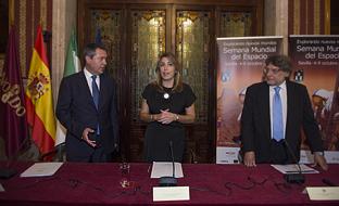 La presidenta de la Junta, en el Ayuntamiento de Sevilla, durante la inauguración de la Semana Mundial del Espacio.