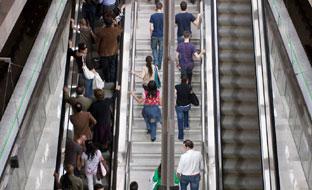 Escaleras de acceso al Metro de Sevilla.