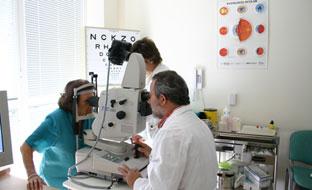 Un médico realiza una retinografía a una paciente.