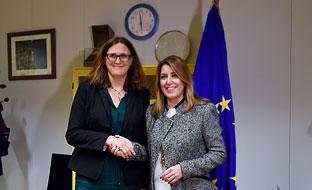 Susana Díaz y Cecilia Malmström, comisaria europea de Comercio, momentos antes de su encuentro en Bruselas.