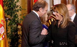La presidenta de la Junta saluda al presidente del Senado, Pío García Escudero.