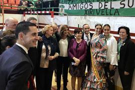 La presidenta, con asistentes al acto del Día de Andalucía en Mislata.