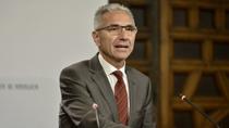 Vázquez expone el decreto que prioriza el uso de medios electrónicos en las actas y registros de las entidades locales