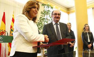 Susana Díaz y Javier Lambán, tras la firma del protocolo. (Gobierno de Aragón)