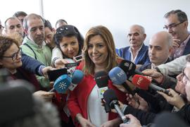Susana Díaz atiende a los medios de comunicación en Brenes (Sevilla), donde ha visitado una unidad de estancia diurna para personas con discapacidad.